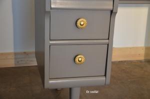 Pupitre en bois taupe, détail des boutons
