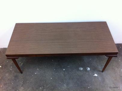 Table basse avec plateau en plastique imitation bois