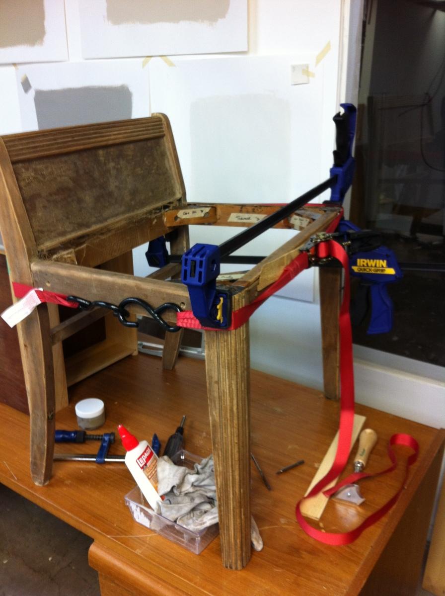 Chaise encoll e et mise sous pression avec sangle et serre for Fabriquer une chaise en bois