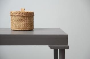 Table basse taupe et laiton, etvoilaatelier.com