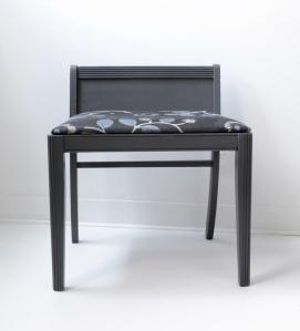 Fauteuil bas vintage repeint en gris anthracite - meubles design décoration accessoires Montréal Québec Canada - front