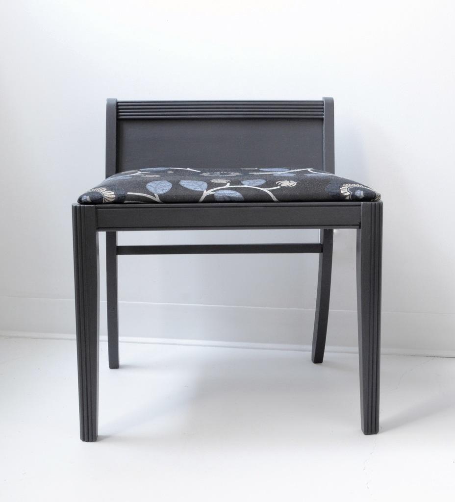 fauteuil bas vintage repeint en gris anthracite meubles design d coration accessoires montr al. Black Bedroom Furniture Sets. Home Design Ideas
