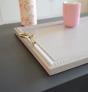 Plateau de service rose ancien et poignées vintage en laiton vieilli : Soft pink coffee tray with vintage brass pulls - détail - etvoilaatelier