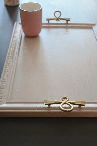 Plateau de service rose ancien et poignées vintage en laiton vieilli : Soft pink coffee tray with vintage brass pulls - etvoilaatelier