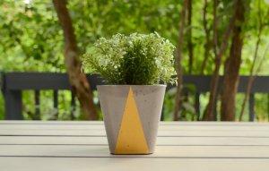 Planteur Pot ciment triangle doré par etvoilaatelier 1