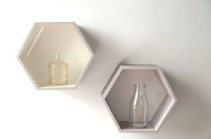 Etagère hexagonale alvéole peinte faite à la main à Montréal par Et voilà Atelier - beige et gris 2